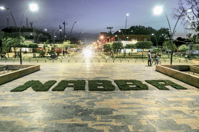 Fotografía de la plaza principal del pueblo Cereté, en Colombia. Se ve escrita con pasto en el centro la palabra NABBA
